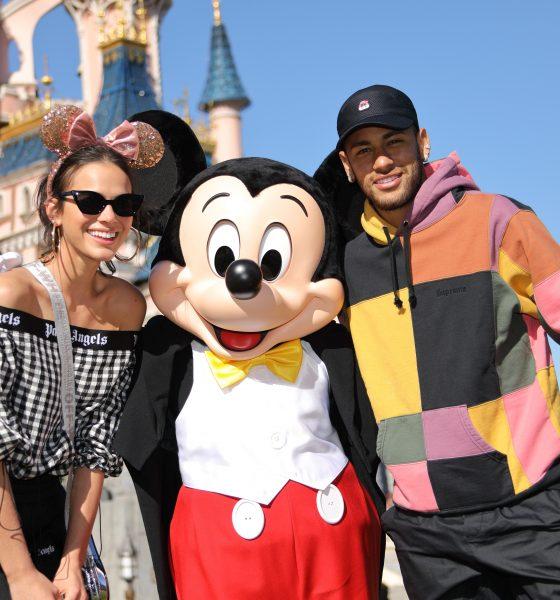 Neymar e Bruna celebram aniversário do Mickey em Disneyland Paris