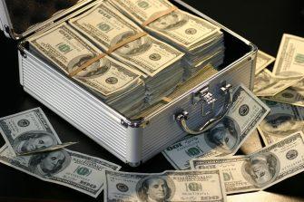 O primeiro passo para adquirir um imóvel em Orlando, na Flórida, é procurar um agente que tenha limites legais para atender sua operação. Como bem sabemos, as corretoras e distribuidoras que tem autorização para operar no mercado cambial brasileiro tem um limite operacional por cliente x dia x modalidade cambial de até US$ 100.000,00 – Cem Mil Dólares Norte Americanos ou outras moedas equivalentes. Os correspondentes cambiais de corretoras ou distribuidoras tem que seguir a mesma posição das instituições financeiras que os mesmos tem representação. Caso sua operação seja acima de US$ 100.000,00, o mais indicado é procurar por um correspondente cambial de bancos com carteira de câmbio, haja vista estes apresentarem toda flexibilidade que uma corretora ou distribuidora possui, porém, trabalhando com a exposição cambial de bancos, ou seja, não há limitação de envio ou recebimento de valores em moeda estrangeira. Outro ponto é a capacidade financeira, cada instituição financeira possui uma maneira distinta para calcular seu limite para fechar câmbio, sendo assim, no caso da Abrão Filho ser um correspondente cambial de mais de um banco, sua operação será avaliada de acordo com a análise distinta de várias instituições financeiras ao mesmo tempo para que seu limite de fechamento de câmbio unificado seja potencializado. A documentação cadastral para abertura de relacionamento para pessoas físicas é padrão: imposto de renda e recibo de entrega, comprovante de endereço e documento com foto válido, e a assinatura de uma ficha de abertura de relacionamento de um dos bancos que a Abrão Filho possui contrato para realização de sua operação cambial. Quanto a documentação que ampara o fechamento de câmbio em sí, o contrato assinado digitalmente de compra e venda do imóvel, por e-mail e sem a necessidade de tradução já é o suficiente para respaldar sua remessa para aquisição do imóvel. A tributação é sempre a mesma, apenas I.O.F, alíquota de 0,38%, não há retenção de imposto de ren